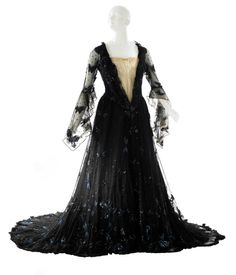 Worth ball gown, 1900.  Museum of the City of New York, USA.  http://defunctfashion.tumblr.com/post/21005077686/fripperiesandfobs-worth-ball-gown-1900-from