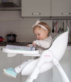 Oribel Cocoon High Chair keeps babies entertained with a huge tray for your little ones to play while you prepare their meals!
