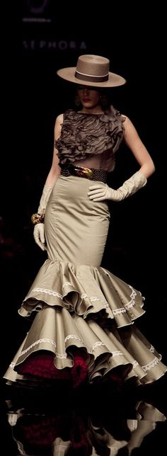 Moda Flamenca                                                                                                                                                                                 More Daily Fashion, Love Fashion, Womens Fashion, Fashion Design, Flamenco Dancers, Flamenco Dresses, Spanish Fashion, Classy Women, Pretty Ballerinas