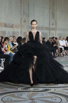 Runway / Giambattista Valli / Paris / Herbst 2017 HC / Kollektionen / Fashion Shows / Vogue