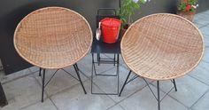 Sillas de mimbre, mesas plegables y hielera metálica
