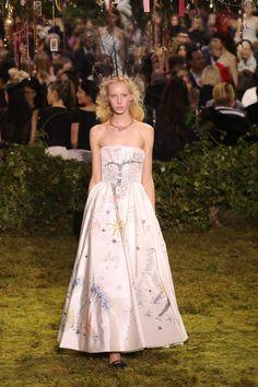 A estreia de Maria Grazia Chiuri na alta-costura da Dior - Vogue | Desfiles