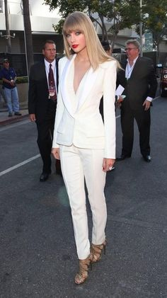 love the all-white outfit: Taylor Swift wearing White Long Sleeve Blouse, White Blazer, White Dress Pants, and Gold Leather Heeled Sandals White Pantsuit, White Dress Pants, White Slacks, Fashion Mode, Fashion Outfits, 50 Fashion, Fashion 2018, Curvy Fashion, Fashion Styles