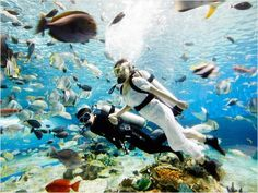 Scuba diving wedding - http://www.ivillage.com/viral-photos-weird-amazing-wedding-locations/5-a-551430