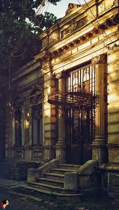 Casa de pe Str. George Georgescu, nr. 16 - fotografiată cu puțin timp înainte de 'renovare' Doorway, Romania, Big Ben, Portal, Public, Stairs, Exterior, Country, Arches