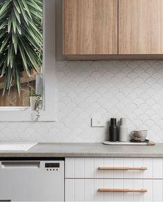 Splash back goals! Kitchen Splashback Tiles, White Tile Backsplash, Splashbacks For Kitchens, Kitchen Tops, Glass Kitchen, Concrete Kitchen, Kitchen Interior, Kitchen Decor, Fish Scale Tile
