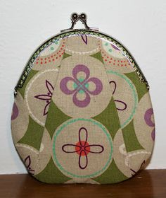 Great links to tutorials for making purses on this site.