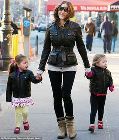 Adore this! Sarah Jessica Parker and her twin daughters sporting matching leather jackets. Trés stylish.
