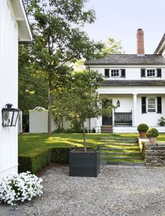 Home Exterior Inspiration - Rooms For Rent blog Driveway Landscaping, Farmhouse Landscaping, Gravel Driveway, Classical Architecture, Sustainable Architecture, Traditional Exterior, Traditional House, Park Avenue Apartment, Garden Design
