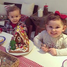 """We made a gingerbread house!! ☃❄️ #emiliaandeduardo #sacconejolychristmas #mickeymousegingerbreadhouse"""