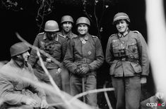 Battle of Anzio-Nettuno: Oberleutnant Johann Engelhardt (2nd from left), 2./Fallschirmjäger.Regiment.11, wearing his Knight's Cross and his Iron Cross, poses with comrades for the para photographer Ernst Haas.