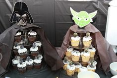 Star Wars Themed Cupcake Stands & Party Planning a Star Wars themed party? These DIY Star Wars themed cupcake stands are easy to make. They were a huge hit at our party. Star Wars Cupcakes, Star Wars Cake, Theme Star Wars, Themed Cupcakes, Meninas Star Wars, Decoracion Star Wars, Cumpleaños Angry Birds, Star Wars Party Decorations, Star Wars Birthday Cake