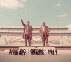 La photographe française Hélène Veilleux a eu l'occasion de visiter Pyongyang, la capitale de la Corée du Nord. Après avoir découvert les portraits des travailleuses nord-coréennes, nous explorons une nouvelle facette de ce pays en même temps que la photographe, qui à travers son objectif nous offre un panorama fascinant de l'architecture et des grandes places vides de cette mystérieuse capitale.