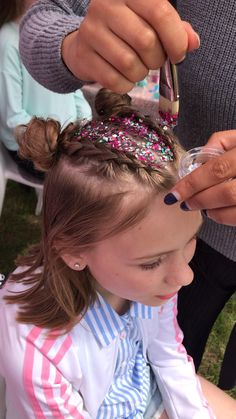 Glitter Space Buns This festival hair look is AMAZING! 2 braided Space Buns finished off with some c Glitter Roots, Silver Glitter, Glitter In Hair, Glitter Face Makeup, Glitter Party, Braided Space Buns, Braided Buns, Girl Hairstyles, Braided Hairstyles