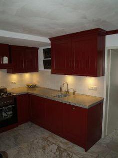 VRI interieur landelijke keuken klassiek rood met terrazzo blad, houten laden en fornuis Terrazzo, Kitchen Cabinets, Home Decor, Decoration Home, Room Decor, Cabinets, Home Interior Design, Dressers