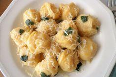 Gli gnocchi di ceci con burro e salvia sono una variante dei classici gnocchi di patate conditi in questo caso in modo semplice ma che ne esalta il sapore. Ecco la ricetta