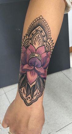 Geometric Tribal Flower Forearm Tattoo Ideas for Women - Bohemian Lotus Arm Sleeve Tat - ideas del tatuaje del antebrazo de la flor del lirio para las mujeres - www.MyBodiArt.com #TattooIdeasForearm