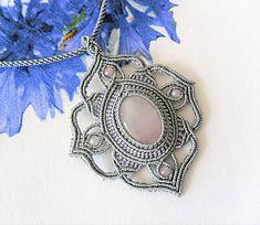 MacrameMarika / Macramé náhrdelník Gray s ruženínom Jewerly, Origami, Brooch, Gray, Rings, Floral, Handmade, Jewlery, Hand Made