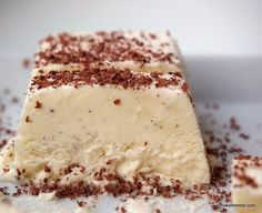 Zeit für Eis: weißes Schoko-Parfait, supersahnig. So schnell gemacht - aus nur drei Zutaten und ohne Eismaschine. Einfach nur lecker!