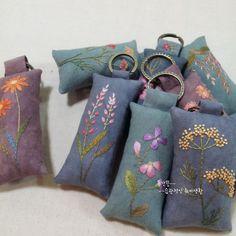 비가 내린다. 촉촉하니 좋네~~ 이런날은 부침개에 탁주 한사발이면 딱인데~~^^ #봄비#동각뜰#야생화자수#자수#프랑스자수#키링#열쇠걸이#장식#embroidery #handmade #knitting #꽃수#동각뜰자수#부침개#탁주#봄비내린다
