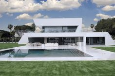 Maison futuriste avec piscine