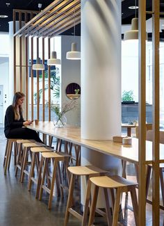 Kanozi Arkitekter created this warm, creative and inspiring dining room / lounge area at the IHM Business School. Teen Lounge, Office Lounge, Hotel Lounge, Beach Lounge, Office Bar, Lounge Design, Lounge Decor, Design Room, Lounge Chair