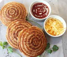 toasted sandwiches made in a jaffle iron Braai Recipes, Snack Recipes, Cooking Recipes, Snacks, Savoury Mince, Savoury Dishes, Mince Meat, Kos, South African Recipes