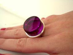 Bague anneau réglable avec un  cabochon rond de 18 mm couleur VIOLET. Toute la bague est  plaquée argent 925.  Dimensions : 21 mm  Largeur de l'anneau : 9 mm Le cabochon est - 17324253