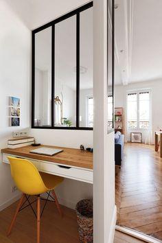 Petit coin bureau, meuble en bois et tiroir de couleur blanche, avec chaise jaune. Bureau simple avec une verrière comme séparartion