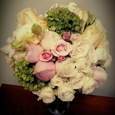 Tons pastéis com variedades de flores... assim foi o bouquet sonhado para o casamento desse fim de semana!! #casamento #festatop #festacasamento #bouquet #noiva #diadanoiva #bride #diadanoiva #jogarobouquet #noivalinda #bodas #casorio #diamaisfeliz #decoração #decoracaocasamento #flordesign #decoracaofloral #cerimoniadecasamento #bouquetnatural #floresnobouquet #flordeverdade #rosas #rosasdeouro #rosapastel #arranjofloral #arranjosflorais #arranjobouquetflores #arranjodeflores