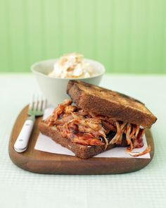 Barbecued Chicken on Garlic Toast Using a rotisserie chicken and bottled barbecue sauce, these irresistible sandwiches are ready in 15 minutes. Choose thick Texas toast or regular white sandwich bread to make the garlic toast. Bbq Sandwich, Chicken Sandwich Recipes, Sandwiches For Lunch, Best Chicken Recipes, Lunch Recipes, Cooking Recipes, Toast Sandwich, Recipes Dinner, Barbecue Chicken