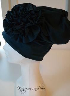 Ruusukepipo tumma petrooli Tyylikäs joustocollege-pipo ruusukkeella http://www.salonsydan.fi/tuote/ruusukepipo-koko-5860-tumma-petrooli/ #tehtysuomessa #madeinfinland #salo