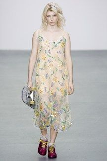 The complete ashish spring 2016 ready-to-wear fashion show now on vogue run Fashion Models, 90s Fashion, Runway Fashion, Fashion Show, Fashion Art, Niki Taylor, Winona Ryder, Grunge Outfits, Hip Hop