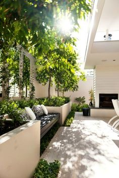 Best Totally Free small Garden Seating Concepts Outdoor spaces and patios beckon, particularly when weather gets warmer. Small Courtyard Gardens, Small Gardens, Outdoor Gardens, Modern Courtyard, Courtyard Design, Courtyard Ideas, Modern Balcony, Modern Bench, Modern Rustic