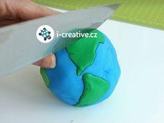 Tvořivý nápad na Den Země. Vymodelujte si podle video návodu planetu Zemi z plastelíny a zjistěte hravou formou, jak vypadá zemské jádro.