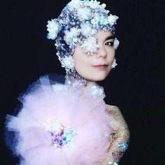 Björk by Warren du Prez & Nick Thornton-Jones, 2001 Bath Photography, Creative Photography, Cinematic Photography, Editorial Photography, Mazzy Star, Tomboy Chic, Hue Color, Grunge Goth, Photoshoot Inspiration