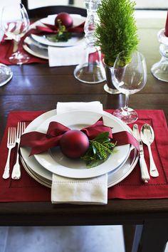 Flores, pinhas, folhagens, velas e ornamentos são alguns dos itens preferidos para compor a mesa de Natal. O charme desta época do ano é irresistível e não há nada melhor do que preparar a casa para receber os amigos e a família com estilo. Assim, selecionamos 24 mesas inspiradoras para todos os estilos – do minimalista ao temático tradicional.