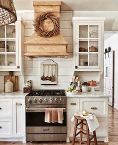 Vintage Farmhouse Decor Our list of 45 vintage kitchen design and decor ideas offers some much-needed guidance on how to pull off an era-spanning interior. Vintage Farmhouse Decor, Country Farmhouse Decor, Farmhouse Kitchen Decor, Country Kitchen, New Kitchen, Farmhouse Style, Kitchen Ideas, Farmhouse Design, Country Living