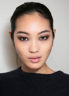 31 Gorgeous Makeup Looks to Copy In January Best Easy Makeup Looks to Copy January Asian Eye Makeup, Edgy Makeup, Smokey Eye Makeup, Cute Makeup, Gorgeous Makeup, Hair Makeup, Asian Smokey Eye, Monolid Makeup, Korean Makeup