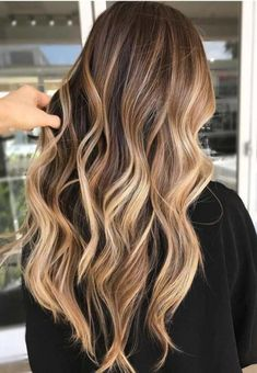 Make the perfect ombre look just by yourself. Mach deinen eigenen Ombre-Look mit… Make the perfect ombre look just by yourself. Mach deinen eigenen Ombre-Look mit diesen Tipps. Faire des cheveux d'ombre vous-même. Ombre Hair Color, Hair Color Balayage, Cool Hair Color, Hair Highlights, Blonde Ombre, Balayage Brunette Long, Fall Blonde, Level 7 Hair Color, Blonde Highlights On Dark Hair All Over