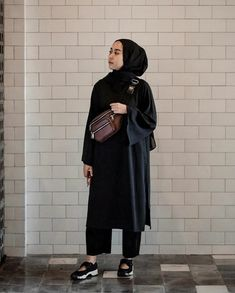 @strngrrr Modest Fashion Hijab, Modern Hijab Fashion, Street Hijab Fashion, Casual Hijab Outfit, Arab Fashion, Hijab Fashion Inspiration, Muslim Fashion, Fashion Outfits, Fashion Black