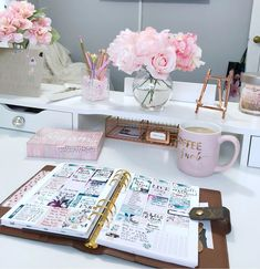 Desk ideas – office organization at work cubicle Work Cubicle Decor, Work Desk Decor, Office Organization At Work, Study Room Decor, Bedroom Decor, Bedroom Sets, Home Office Space, Home Office Design, Home Office Decor