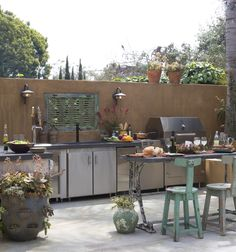 Sleek modern + rustic outdoor kitchen