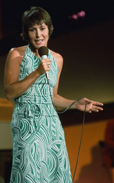 famous actors, singers from the 1970s | Helen Reddy Performing on The Midnight Special in the 1970s - Snakkle