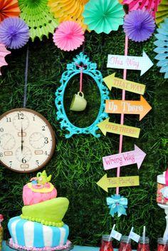 COMBINAÇÃO DAS CORES: PINK, AMARELO, AZUL, VERDE   ELEMENTO DE PLACAS DE SINALIZAÇÃO, COLORIDAS  ELEMENTOS RELÓGIO, MOLDURAS, XÍCARAS  TEXTURA DE GRAMA   Alice in Wonderland | CatchMyParty.com