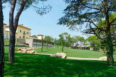 """Una villa del '700 restituita al suo originario splendore fa da cornice a quello che oggi è un impeccabile hotel per cerimonie, dotato di 88 soluzioni per gli ospiti, suddivise tra camere """"Classic"""" e """"Superior"""" e Suite """"Junior"""" e """"Spa""""."""