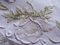 Vintage-Hand-Embroidered-41-Linen-WHITE-POPPYS-FOLIAGE-Crocheted-Tablecloth