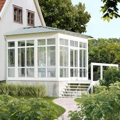 Tak till uterum Although ancient throughout principle, the actual pergola has become suffering from a Three Season Room, House With Porch, Backyard, Patio, House Extensions, Home Additions, Home Interior, Old Houses, Outdoor Gardens