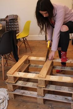 How to build pallet seating with built-in storage hidden storage. This DIY is quick, easy and super cheap! Check out the full tutorial here to build yours! Pallet Seating, Storage Bench Seating, Pallet Benches, Pallet Tables, Pallet Bar, Outdoor Pallet, Pallet Sofa, Pallet Ideas, Outdoor Seating