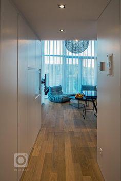 Malý mezonet s funkcí dvoupokojového bytu má dvě úrovně. Na nižší se nachází vstupní prostor, koupelna a denní zóna se světlou výškou přes dvě podlaží. Na… Divider, Room, Furniture, Home Decor, Bedroom, Decoration Home, Room Decor, Rooms, Home Furnishings